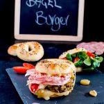 Bagel-burger di cavolo, radicchio rosa e porri glassati