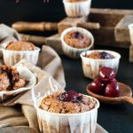 Muffin di albumi con cioccolato e ciliegie sciroppate