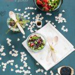 Salad in a jar: lenticchie Beluga, fave, fragole e pecorino (ed emulsione allo sciroppo d'acero)