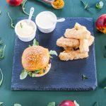 Chicken curry burger con pesche, rucola e bastoncini di feta