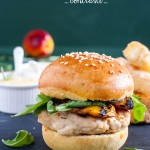 Chicken curry burger con pesche, rucola e bastoncini di feta