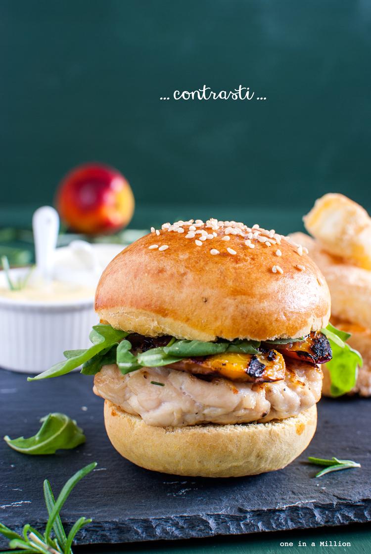 hamburger pollo, buns al curry, spezie, pesche, rucola, composta cipolle, panino, strati, feta fritta, maionese pastorizzata, rosmarino, salsa balkanise, roux