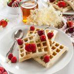 Waffle semi-integrali al latticello, frutti rossi e miele