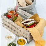 Pita al farro con maiale piccante, guacamole al mango e sedano di montagna