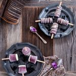 Gelati su stecco ai frutti viola, yogurt greco e cioccolato bianco